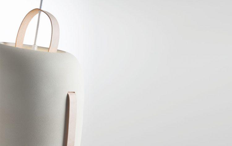 La lámpara Cowbell es una pieza de líneas sencillas con una silueta inspirada en un cencerro. Creada a partir de materiales naturales como la cerámica, el fieltro o el cuero, la lámpara transmite naturalidad y calidez. De este modo conseguimos una pieza atemporal, versátil y llena de detalles, perfecta para todo tipo de ambientes que requieran una lámpara puntual.